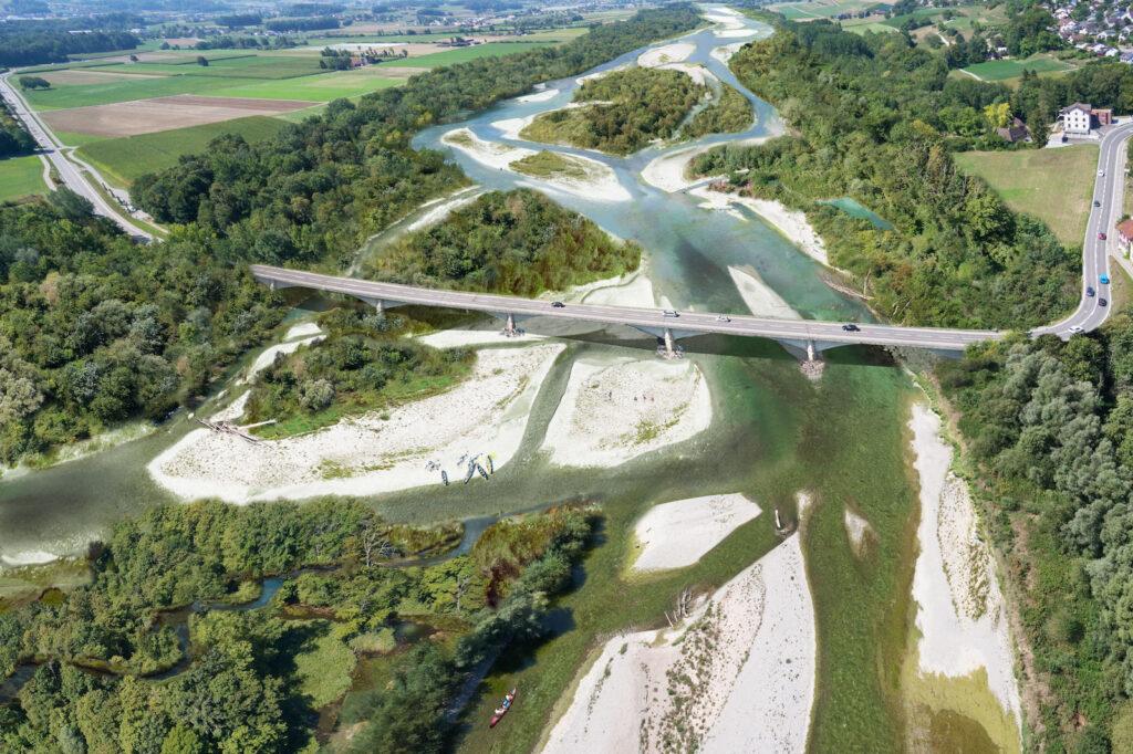 Luftaufnahme von renaturiertem Fluss