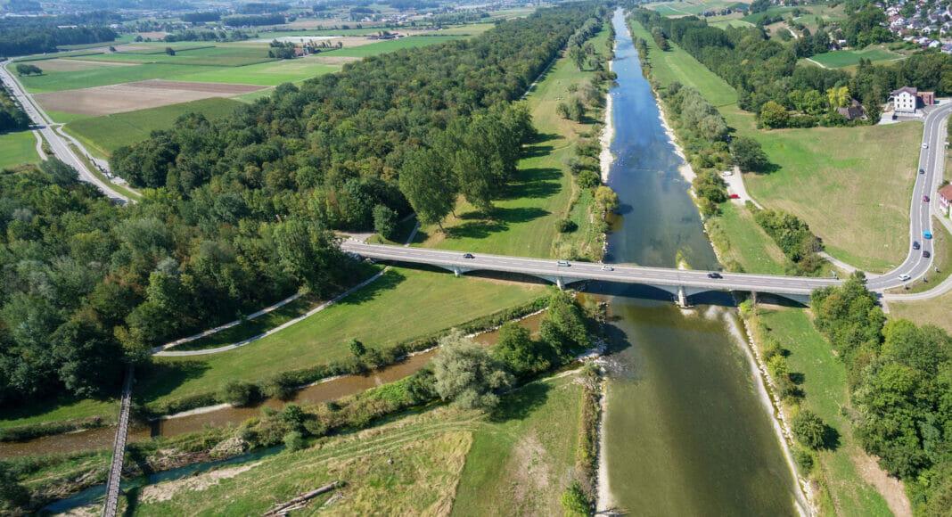 Luftaufnahme von begradigtem Fluss