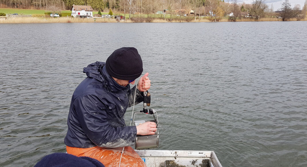 Forscher in Boot entnimmt