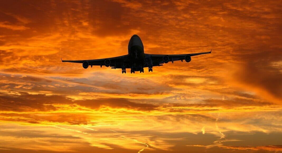 Flugzeug am roten Himmel