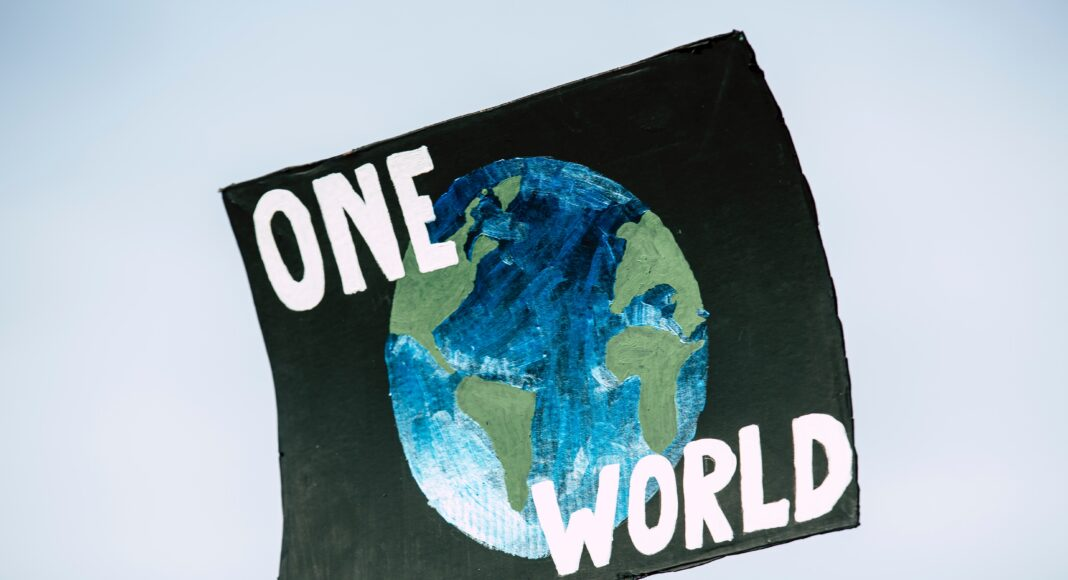 Schild «one world»