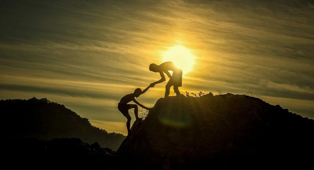 Ein Mensch bietet Hilfe an