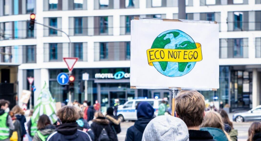 Ein «ECO NOT EGO»-Schild an einer Klima Demo