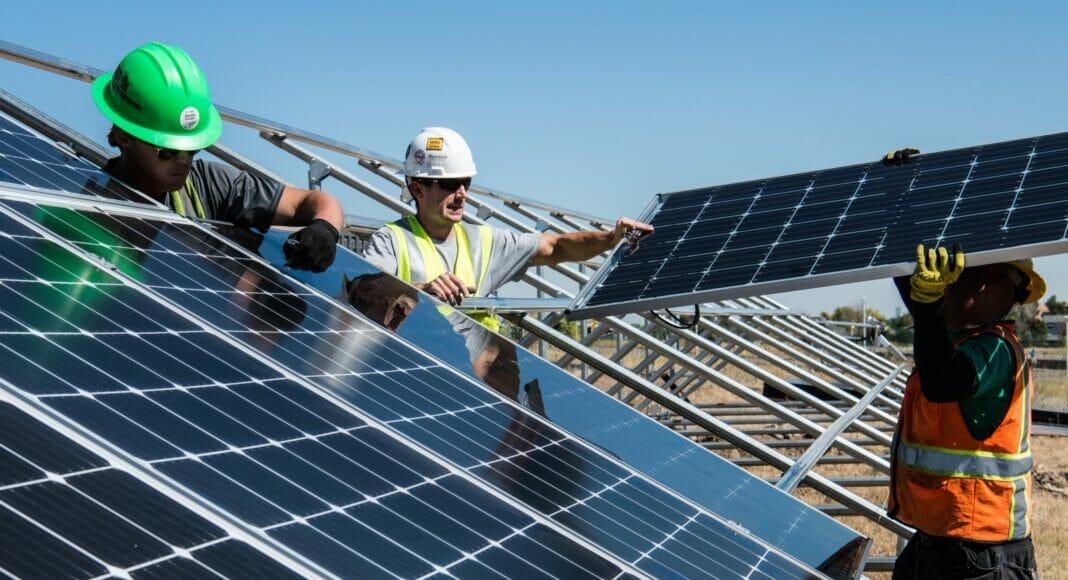 Eine Photovoltaikanlage wird aufgebaut.
