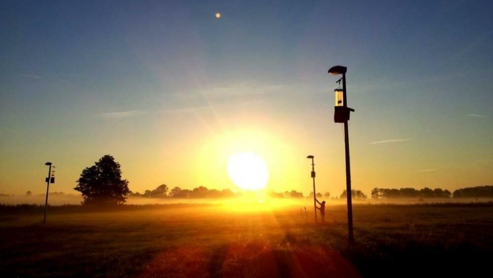 Ufer im Sonnenuntergang. Mit Beleuchtung, welche Insekten irritieren.