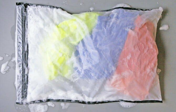 Ein Guppy Friend Waschbeutel, der Mikroplastik aufhalten soll.