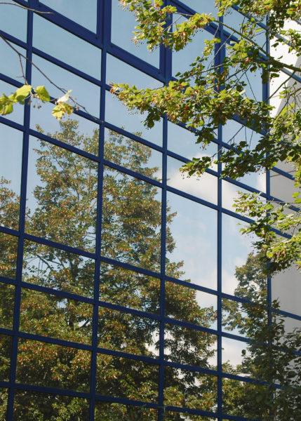 Die Glasfassade spiegelt die Landschaft nahezu perfekt. Sie birgt deshalb ein sehr grosses Kollisionsrisiko für Vögel. Foto © Hans Schmid