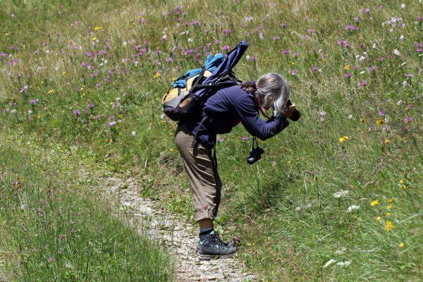 Beatrix: Mit Fotoapparat und Fernglas im Garten der Natur.